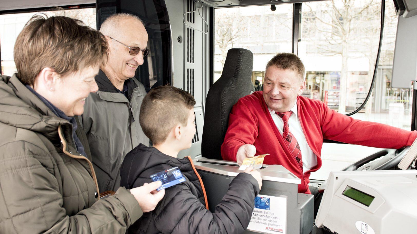 Chauffeur und Fahrgäste an der Kasse